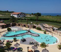 Camping pays basque avec piscine à Hendaye : vue du parc aquatique du camping 4 étoiles Eskualduna et la mer à proximité