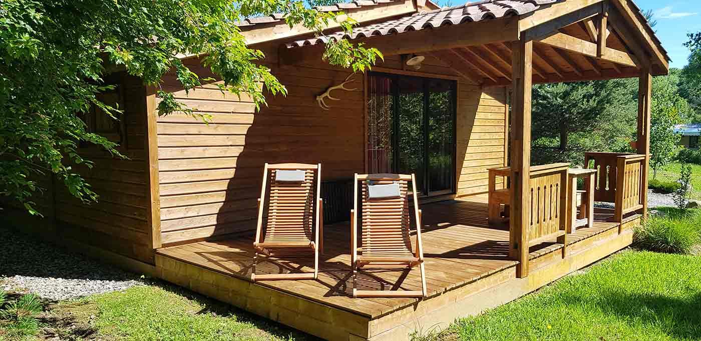 Terrasse ensoleillée du Chalet Eco Confortau Camping pays basque 4 étoiles Eskualduna