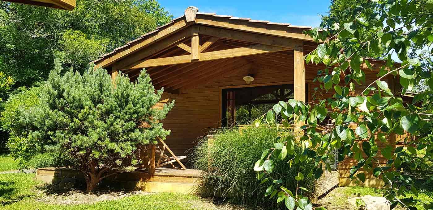 Vue extérieure du Chalet Eco Confort au Camping pays basque 4 étoiles Eskualduna
