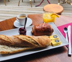Petit-déjeuner servie au restaurant du Camping Eskualduna : Restaurant3