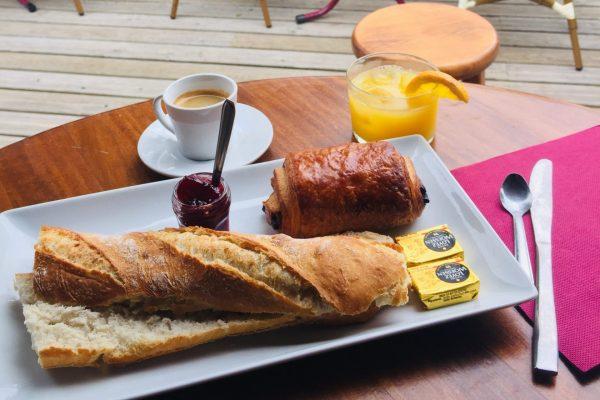 Petit-déjeuner servie au restaurant du Camping Eskualduna, camping 4 étoiles pays basque
