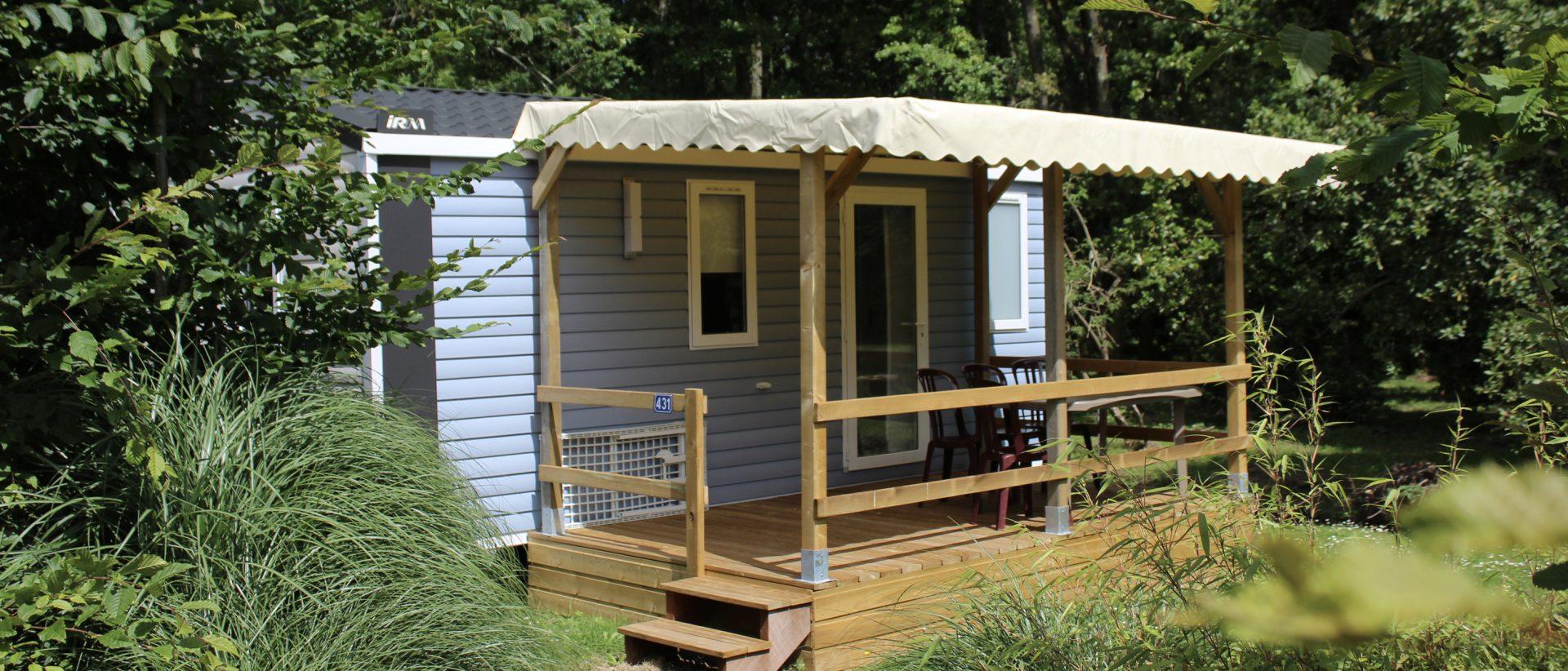 Camping Eskualduna : Vue extérieure et de sa terrasse couverte du Venus Premium, mobil home Hendaye