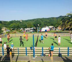 Camping Eskualduna : Sport collectif au terrain multisport du camping à hendaye