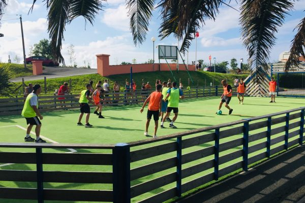 Camping Eskualduna : match de football au terrain multisport du camping à hendaye
