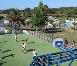 Terrain multisport du Camping Hendaye Eskualduna proche de la mer