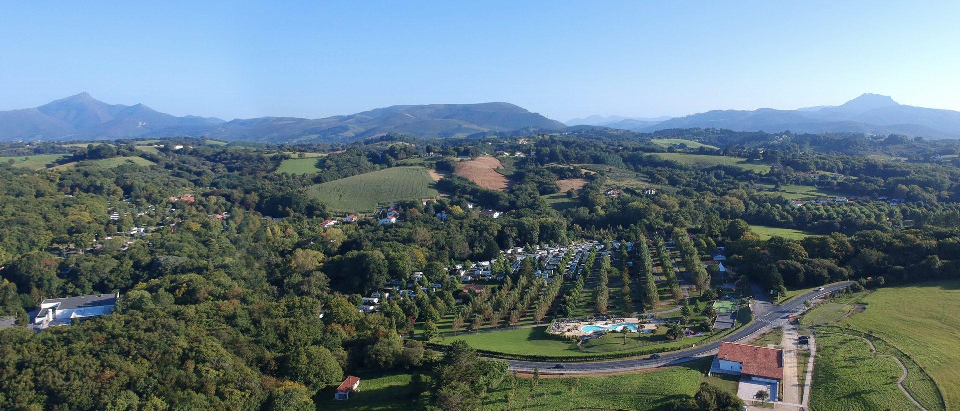 Camping Eskualduna : vue aérienne avec vue sur les montagnes du pays basque