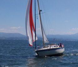 Camping Eskualduna : vue d'un bateau en mer sur la côte basque