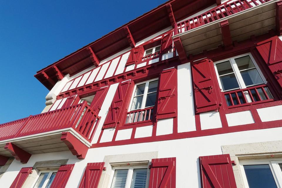 façade de maison blanche et rouge d'un village basque dans l'arrière pays