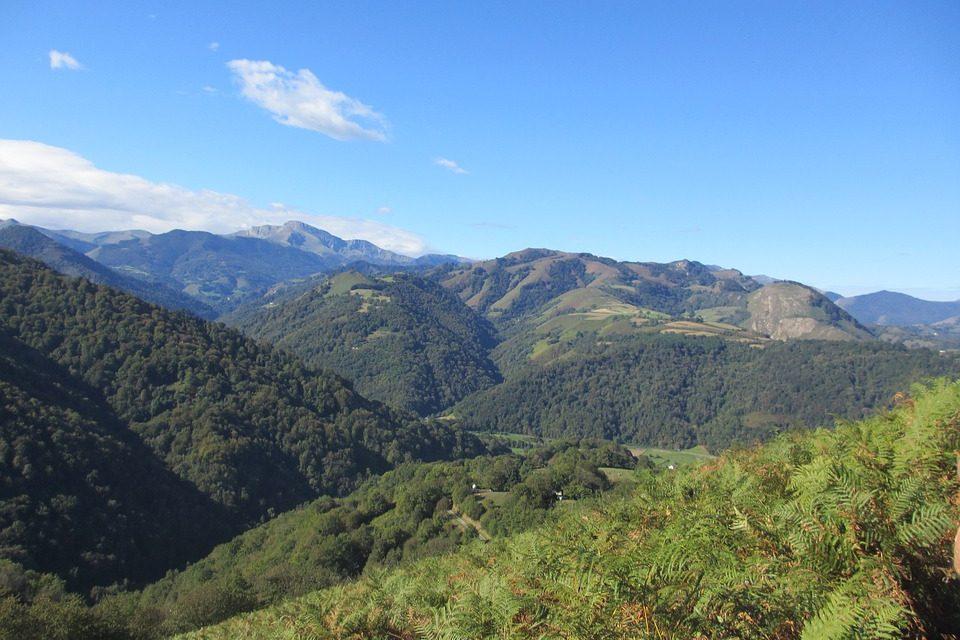 vue des pyrénées dans l'arrière pays basque
